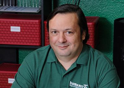 Humanitas-Geschäftsführer Herr Hannich sitzt telefonierend an seinem Arbeitsplatz