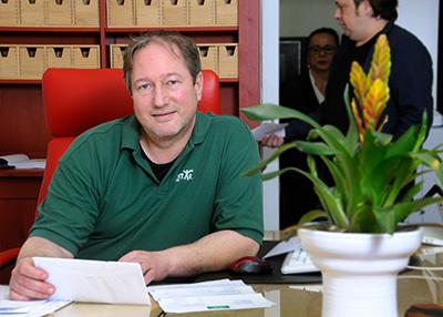 Humanitas-Geschäftsführer sitzt an seinem Arbeitsplatz